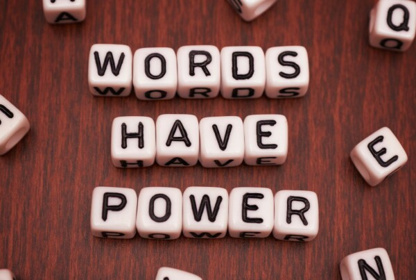 ayuda-psicologica-psicologos-lenguaje-palabras-preguntas-optimismo-mejorar-animo-positivismo-psicologia-positiva-coronavirus-covid19